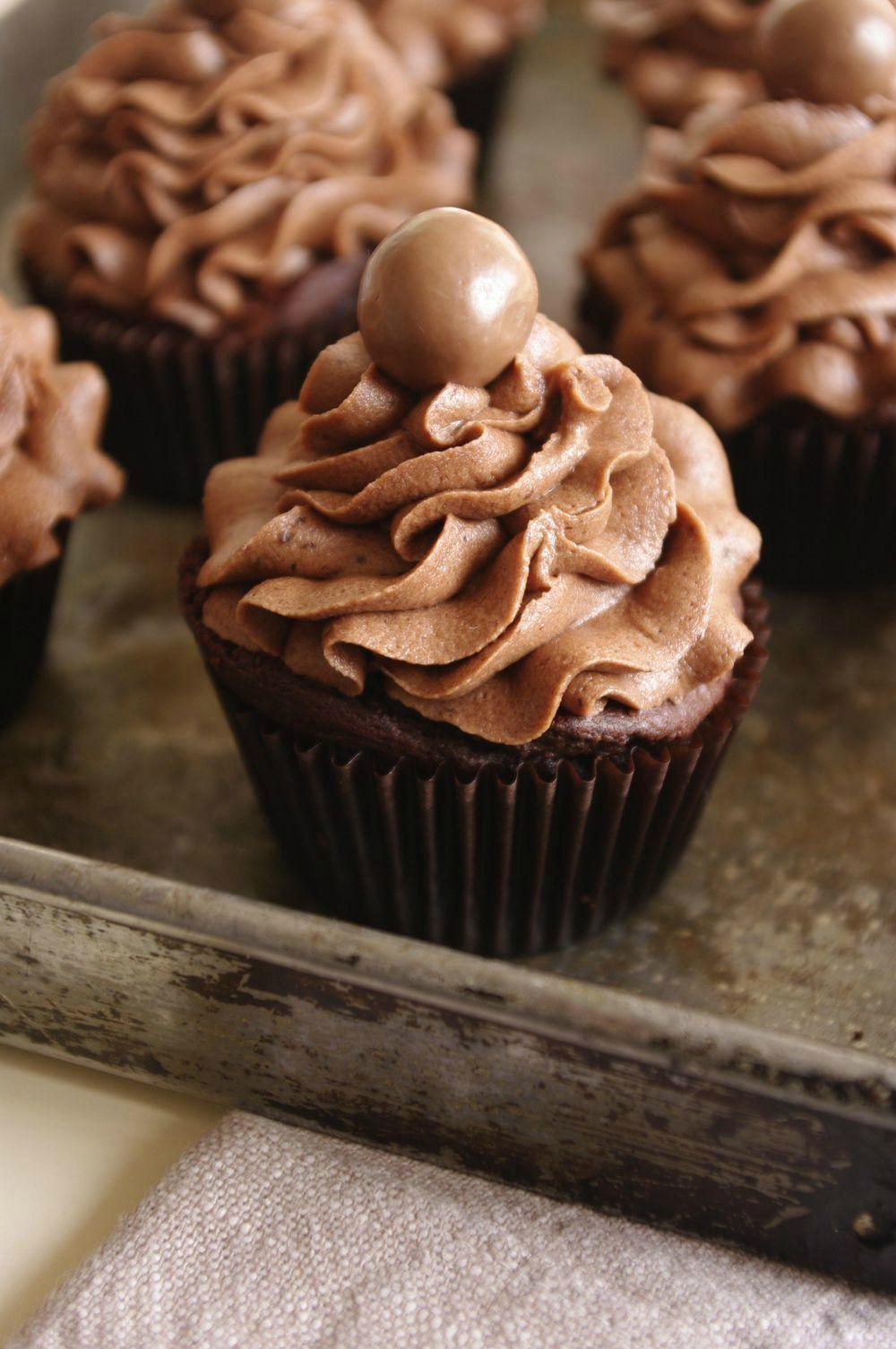 un cupcake au chocolat et ovomaltine un coeur en p te croustillante et un gla age ovomaltine. Black Bedroom Furniture Sets. Home Design Ideas