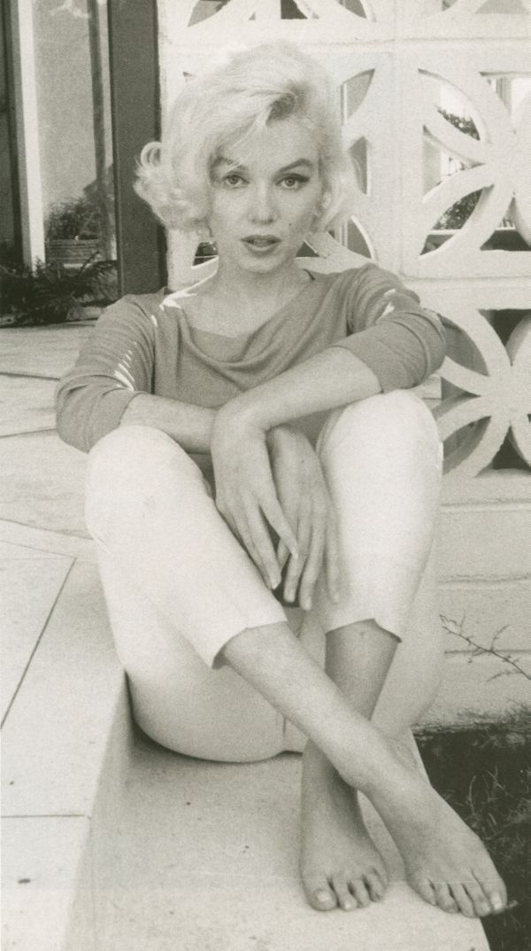 Marilyn Monroe wearing the perfect casual outfit--really like this pic of her too--love her hair