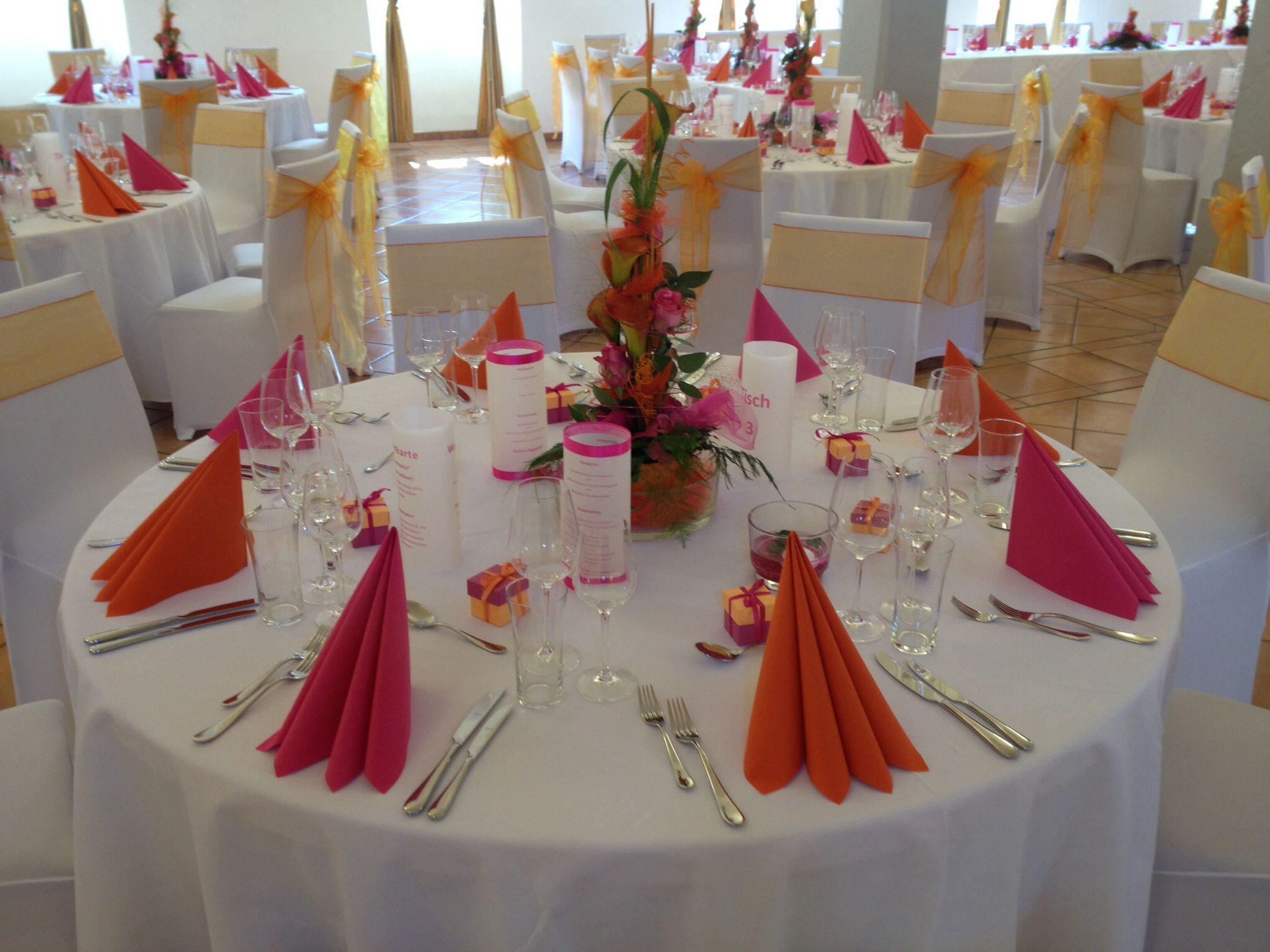 Tischdekoration in orange und pink mit orangener Papierserviette