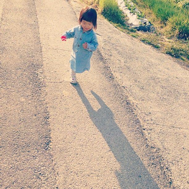 影と追いかけっこ、してた。    #harunote #girl #親バカ部 - @harunote- #webstagram