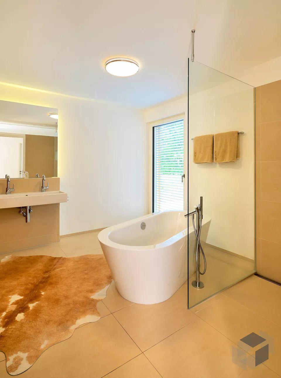 Modernes Und Geraumiges Badezimmer Zweifamilienhaus Erstling Kundenhaus Von Baufritz Hauser Und Anbieter Sc In 2020 Badewanne Freistehende Badewanne Badezimmer