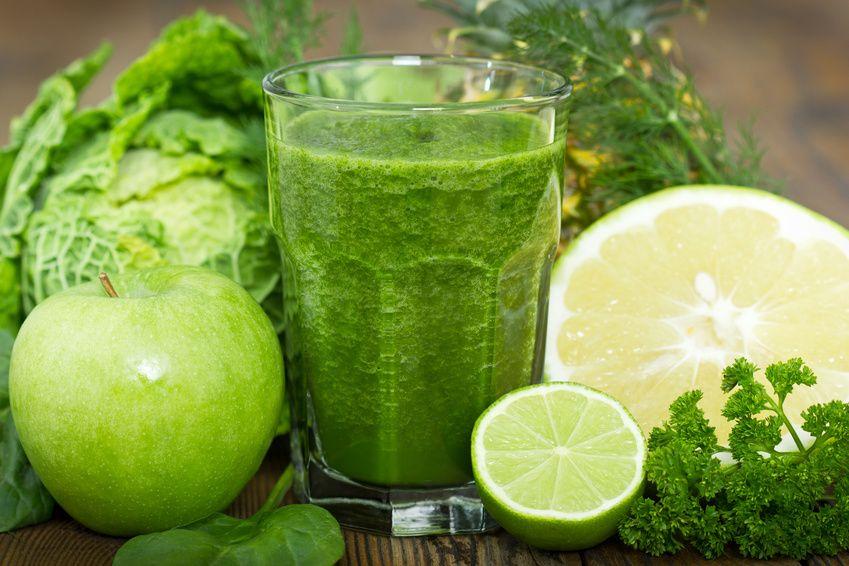 Grüner Saft zur Entgiftung und schlanken Oberschenkel