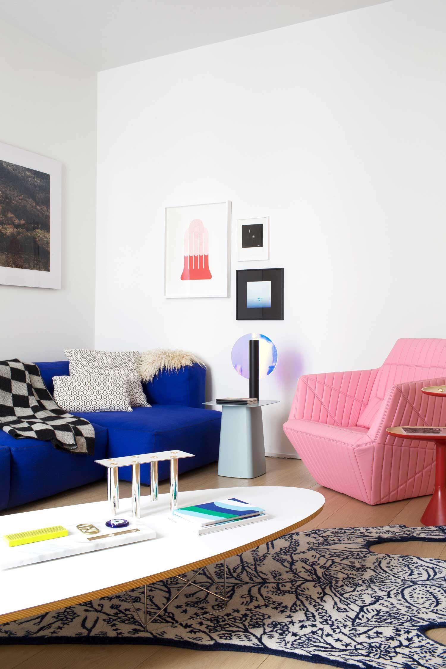 Un salon coloré à la déco tendance inspirée par Memphis.