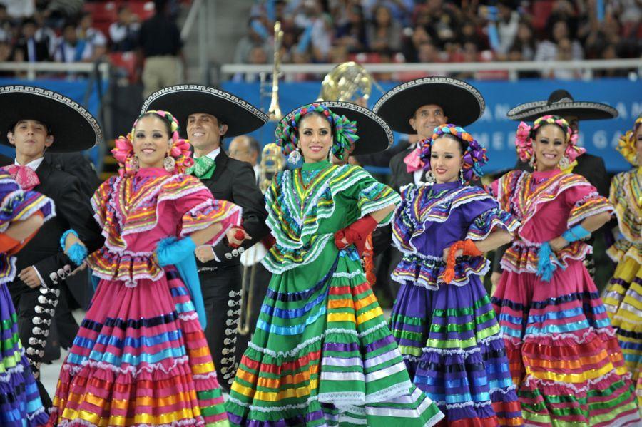 fd663e959f692 Mexicanas e mexicanos em apresentação de dança típica.