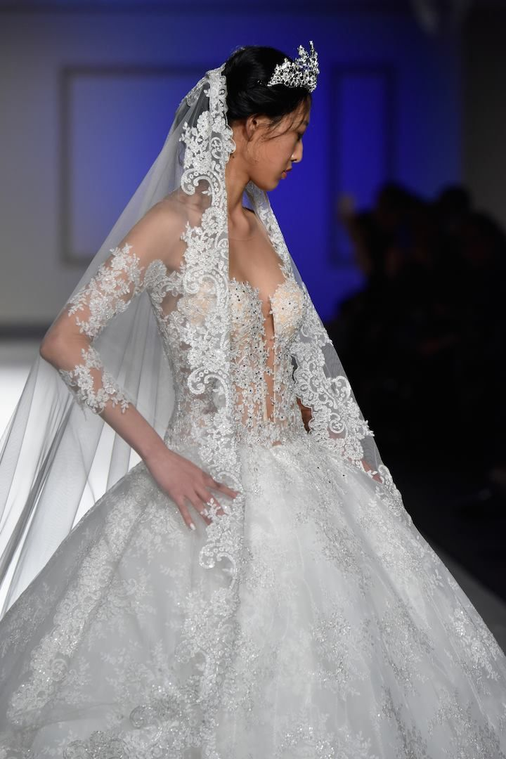 Modello di abito da sposa in stile Principesco in pizzo chantilly e  mantiglia abbinata! 54d1f9eadb7