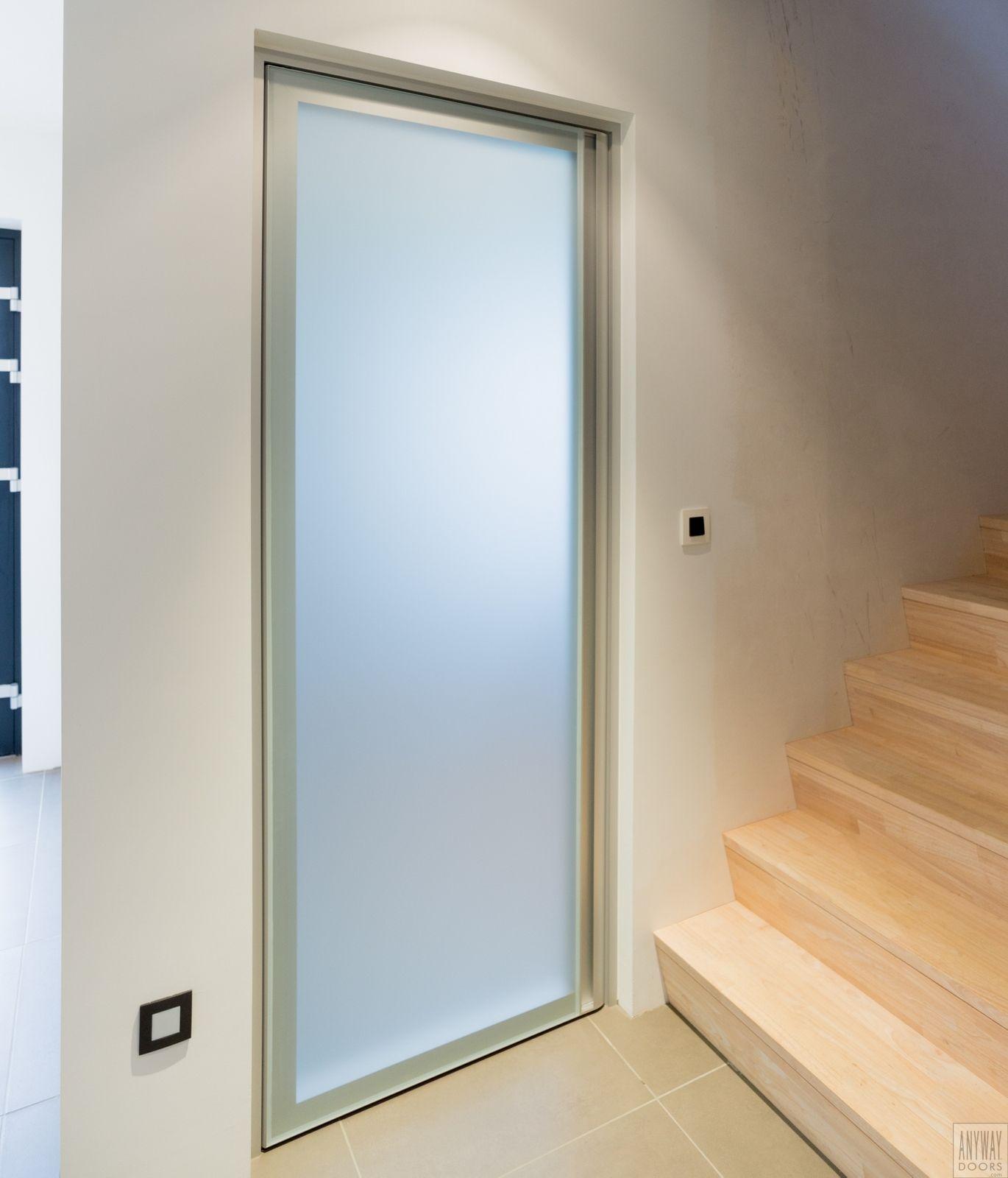 Moderne glazen deur voorzien van volledig mat gezuurd glas en een ...