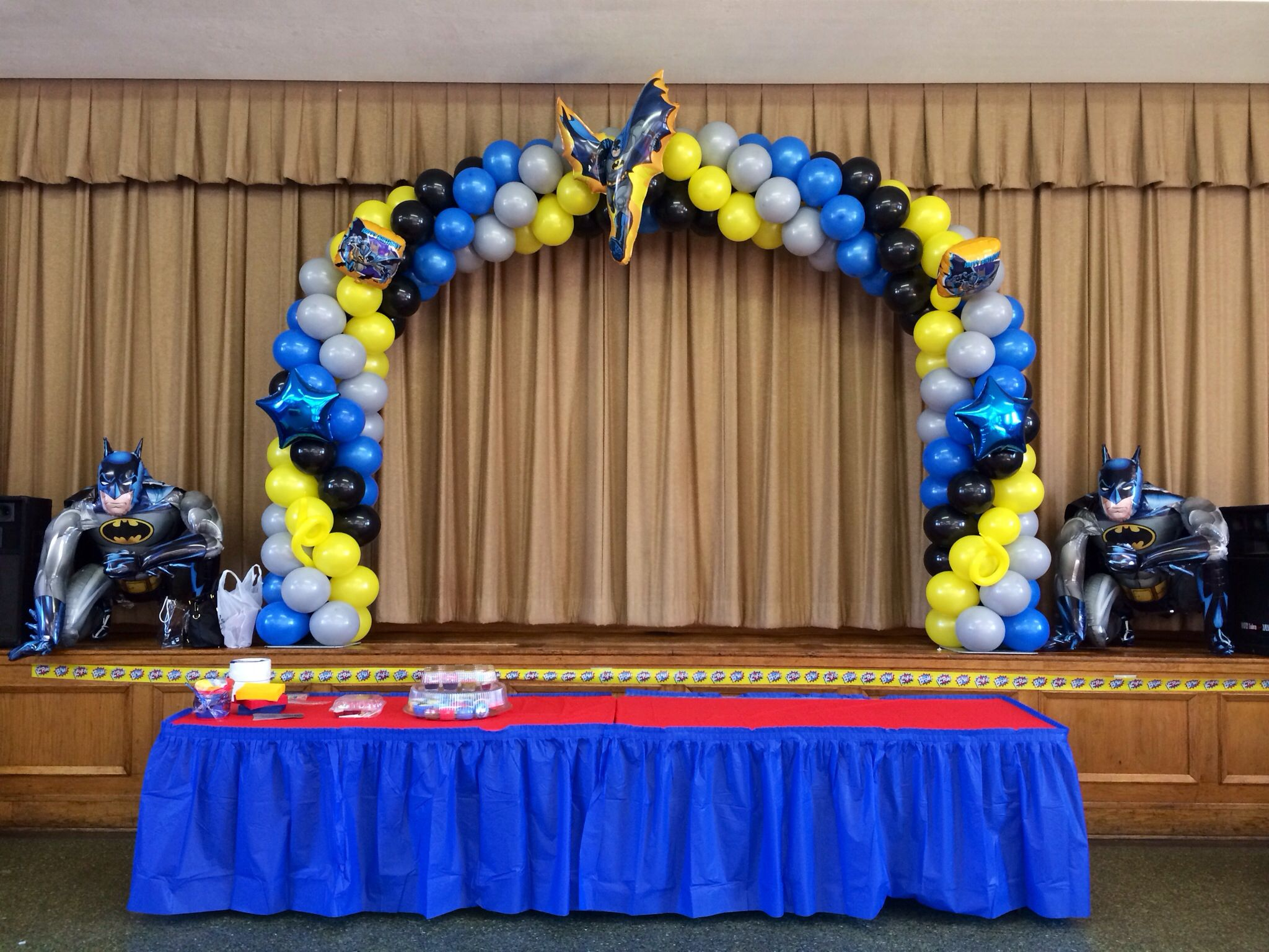 Batman balloon arch with airwalkers balloon arches for Balloon decoration arches