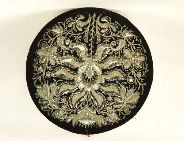 Runder Deckel einer alten Bauernmütze; schwarzer Samt mit reicher Silberstickerei. Die Mütze stammt aus Westfalen. #Westfalen