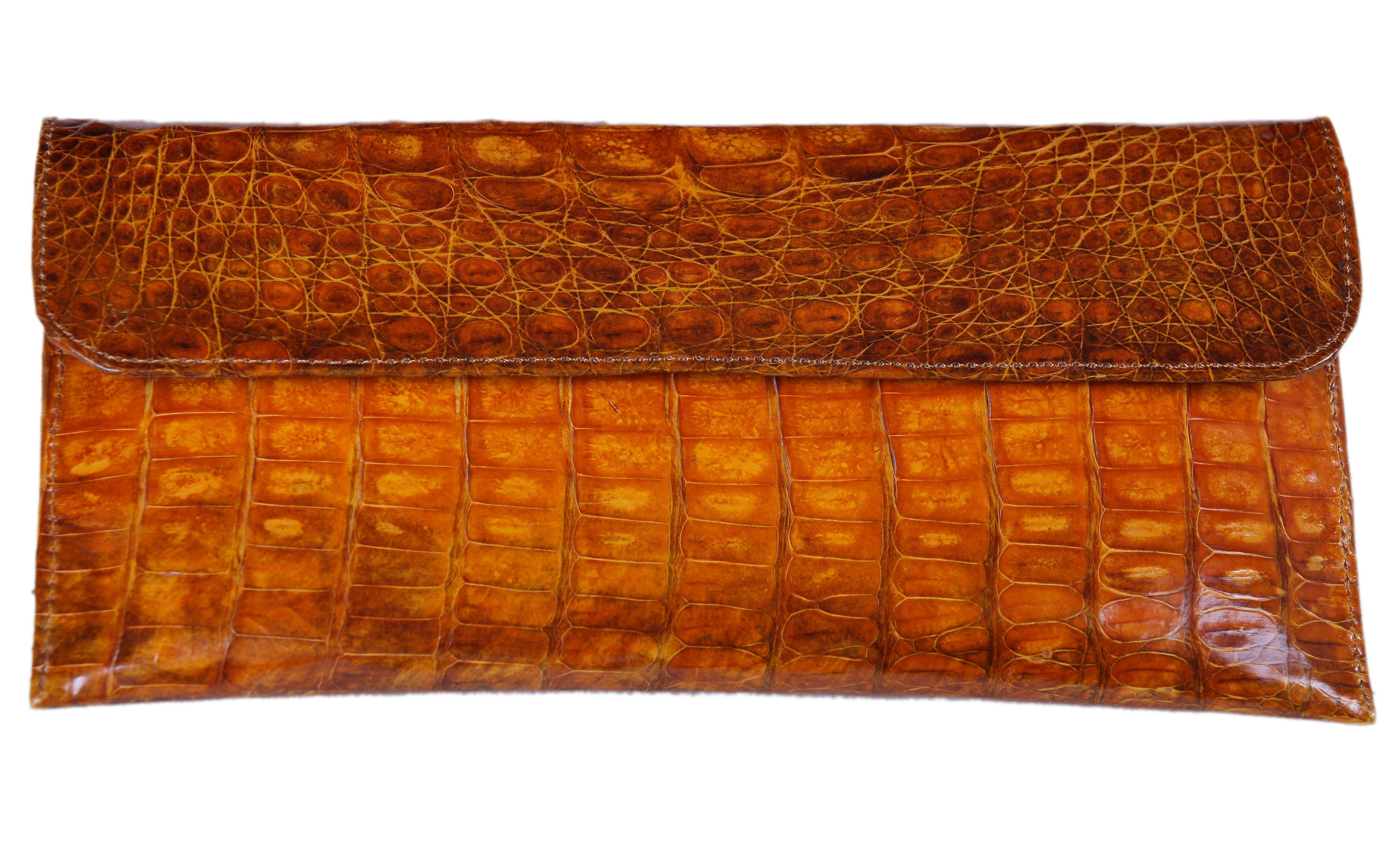 fff6d2f27bb Cartera de mano en piel de cocodrilo en color caramelo. Cierre en solapa  con click metalico. Precio 210
