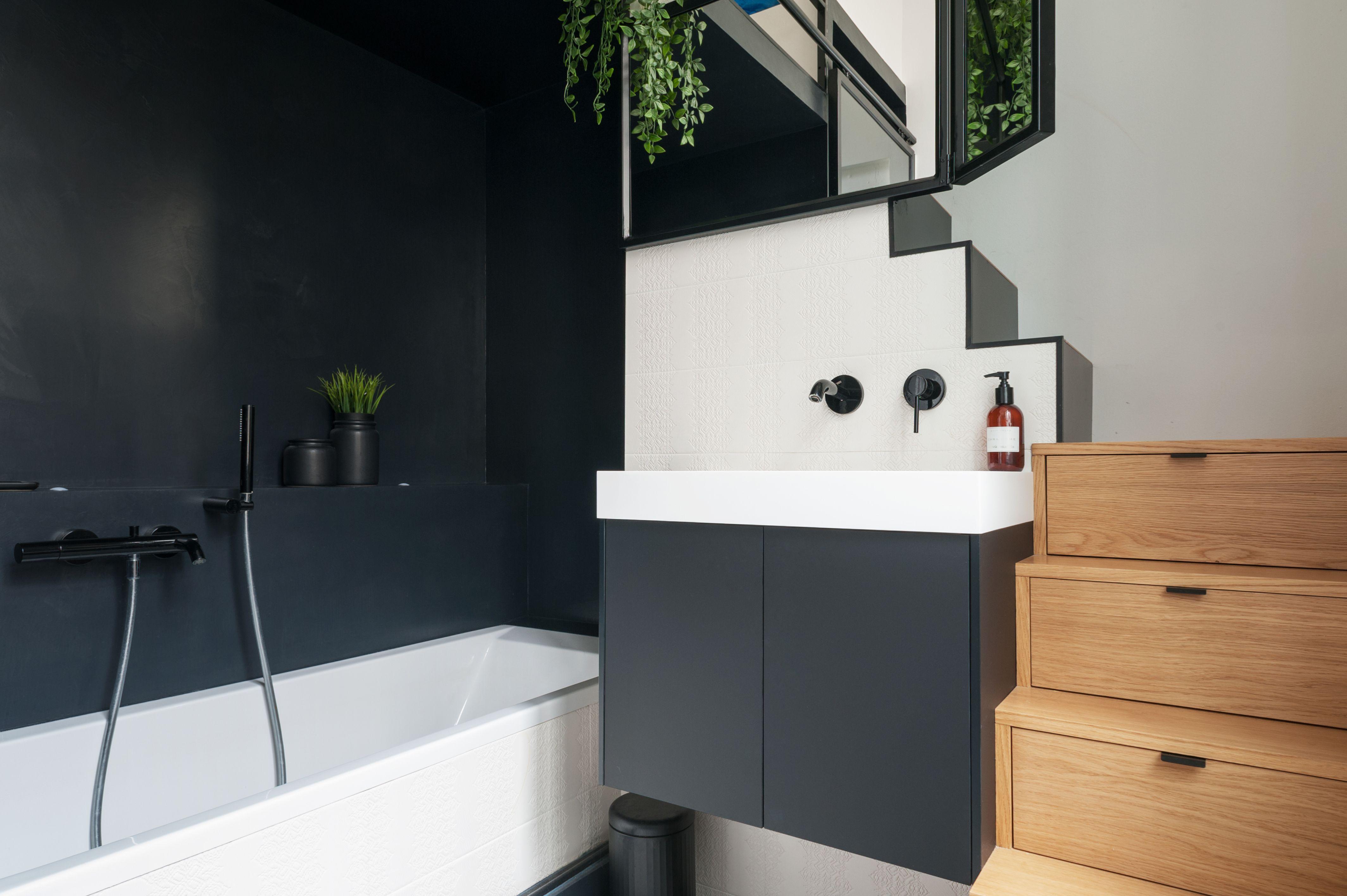 Une Salle De Bain Avec Un Meuble Escalier Sur Mesure Et Beton Cire Noir Projet Cree Par Inma Studio Meuble Escalier Appartement Architecture Interieure