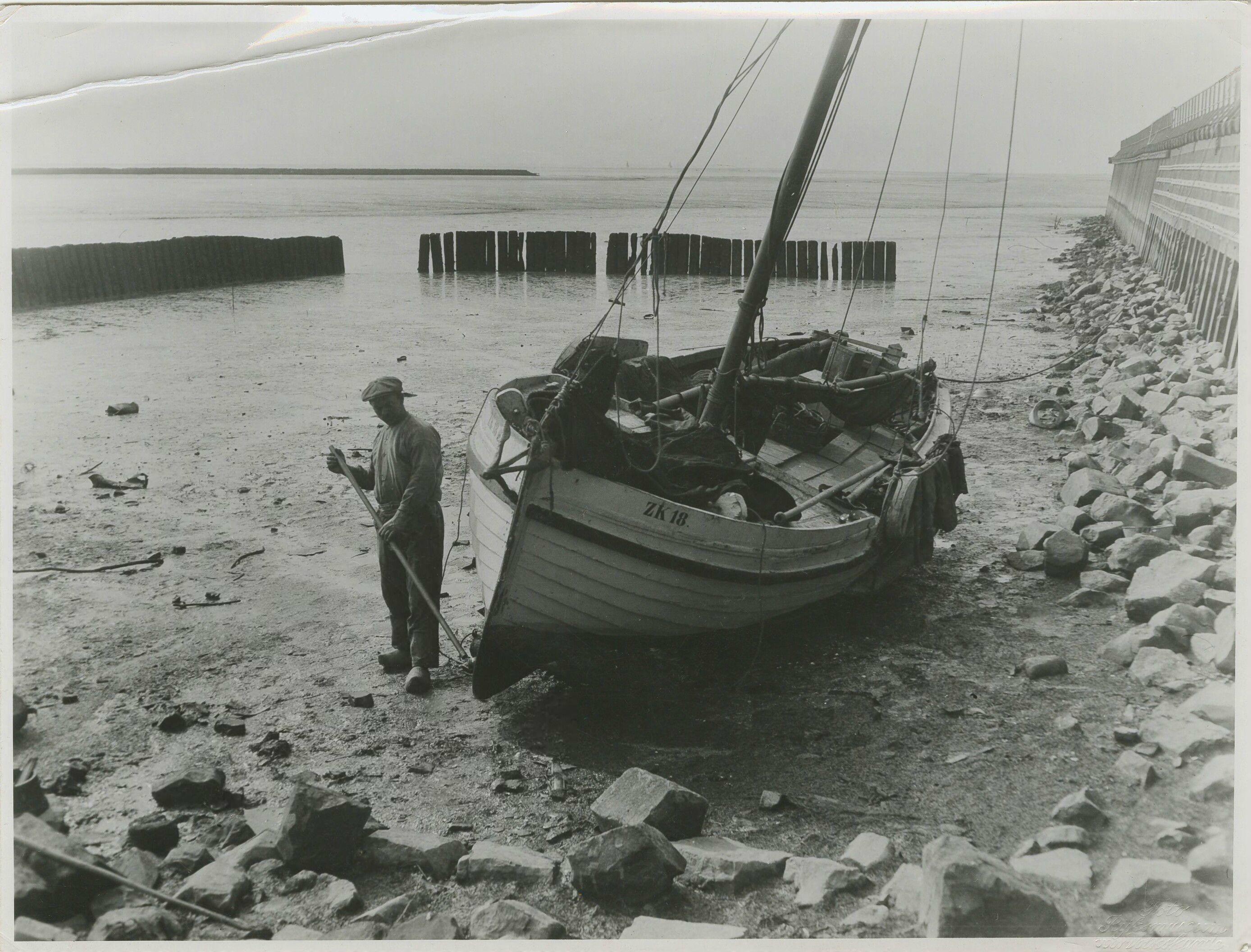 1930-1940-De-vissersboot-ZK-18-op-het-drooggevallen-wad-nabij-Zoutkamp.jpg (2776×2112)
