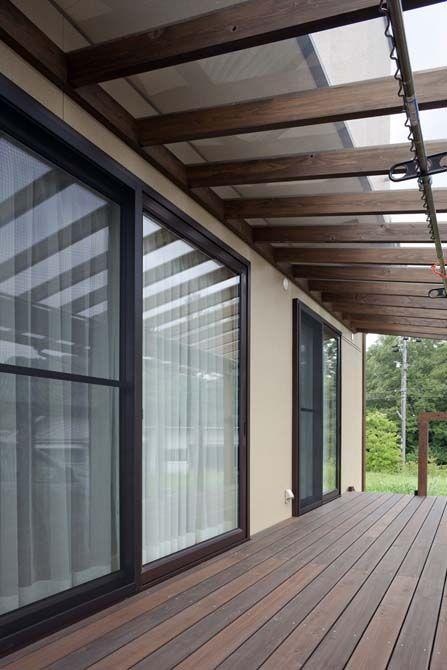 1階ウッドデッキは 透明ポリカーボネートの庇の上部に奥行き91cmの2階バルコニーが張り出し 強い日差しを遮っている 室内に日射が入るのは冬場のみ 自宅で ベランダ 屋根 ウッドデッキ 屋根付き