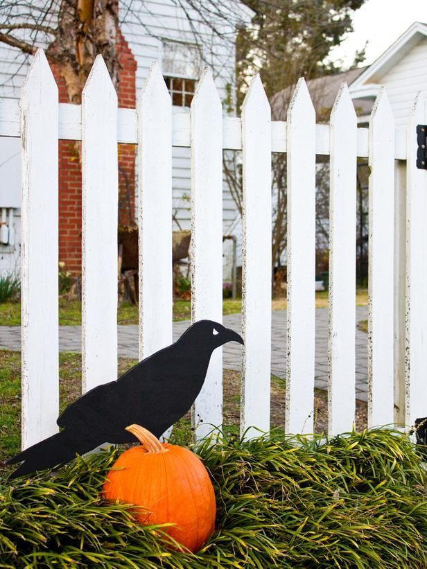 DIY Giant Raven Outdoor Halloween Decoration - Outdoor Halloween