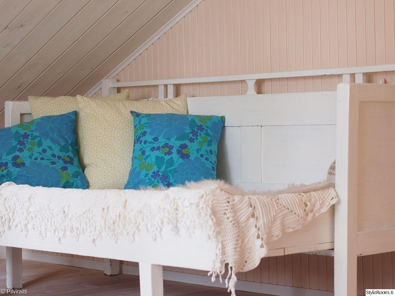 puusohva,retro,sisustustyyny,siskonpaneeli,sisarpaneeli,valkoinen,sininen,pitsi,romanttinen,vintage
