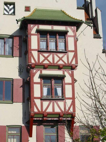 Köhler Bedachungen grünes vordach im asiatischen stil auf erkern in fachwerk optik