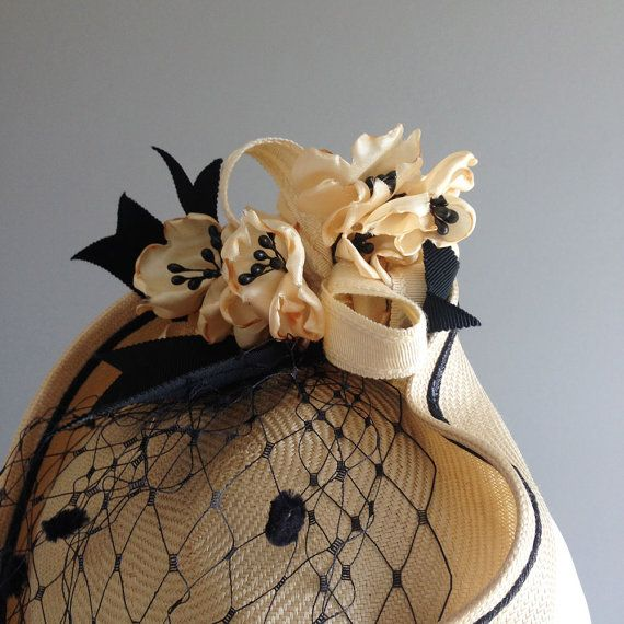 BEA amarillo claro de paja sombrero de Fascinator con por LaurenMartinMilliner
