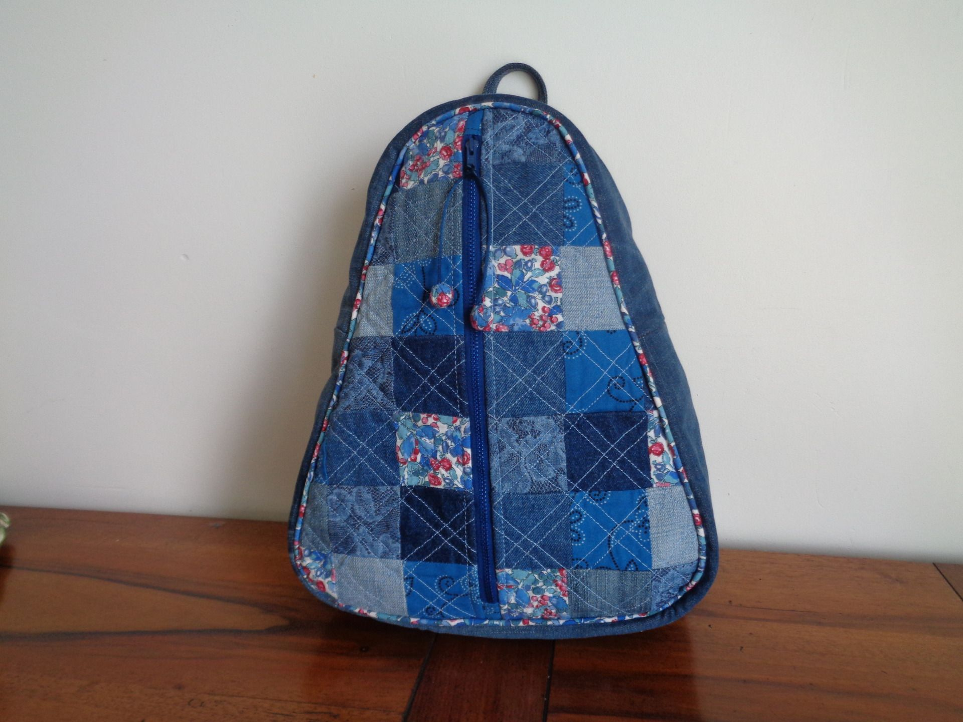 sac a dos en toile jean recyclee forme triangle patchwork toile jeans pinterest toile. Black Bedroom Furniture Sets. Home Design Ideas