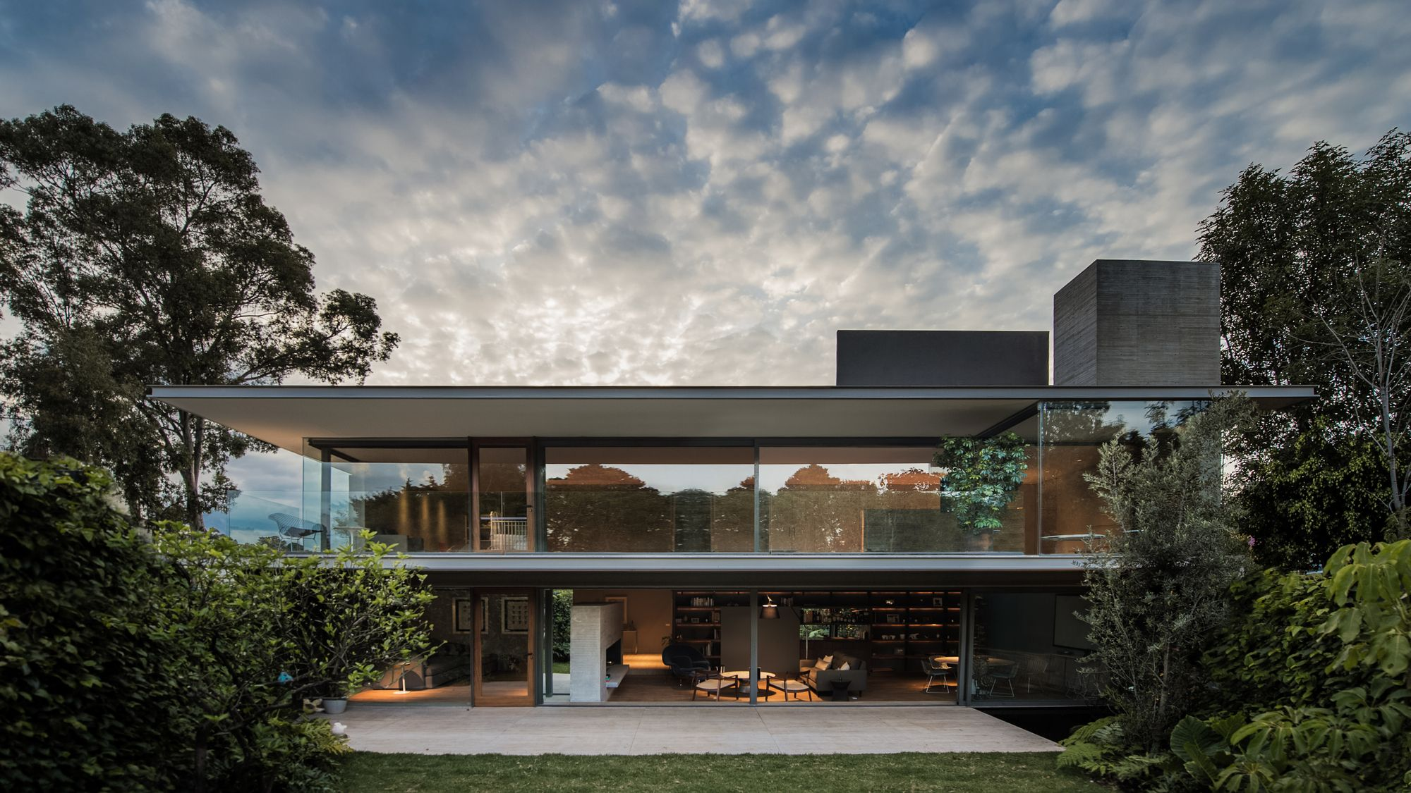 Completed In 2017 In Ciudad De Mexico Mexico Images By Fernando Marroquin The Ramos House Refers To The Flat Roof House Architecture Minimalist Architecture