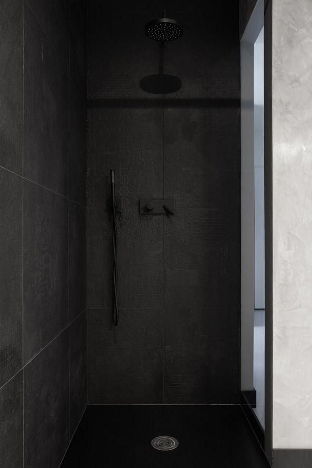 schwarze fliesen badezimmer duschkabine texturiert fugen wieder weiss