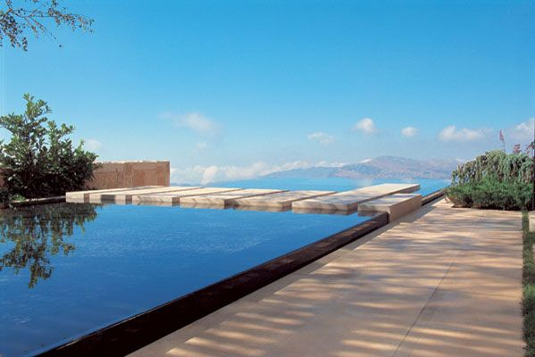 Negative Edge Swimming Pool Overlooking the Mountains | Raised pools ...