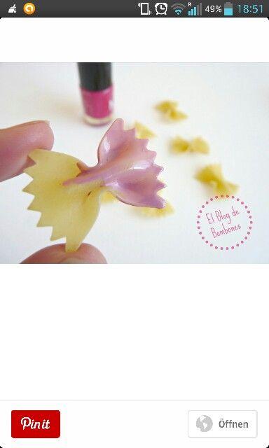 Nudeldeko: Nudeln mit Nagellack anmalen und verzieren.