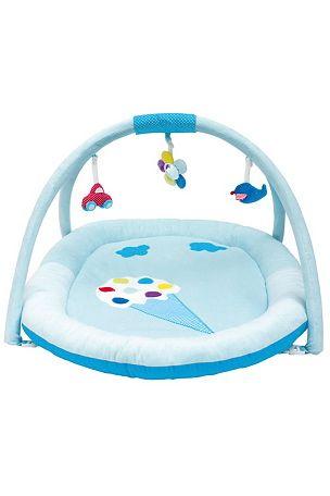 Jabadabado-leikkimatto on värikäs ja pehmeä, ja siinä on kivoja riippuvia leluja.  Kaaren lelut voi irrottaa ja käyttää mattoa esim. pinnasängyssä. <br>0-vuotiaasta alkaen. <br>Ehkäise mahdollinen loukkaantuminen poistamalla lelut heti, kun lapsi pyrkii nousemaan kontalleen. <br><br>Väri: sininen. Mitat: 88x65 cm. <br>