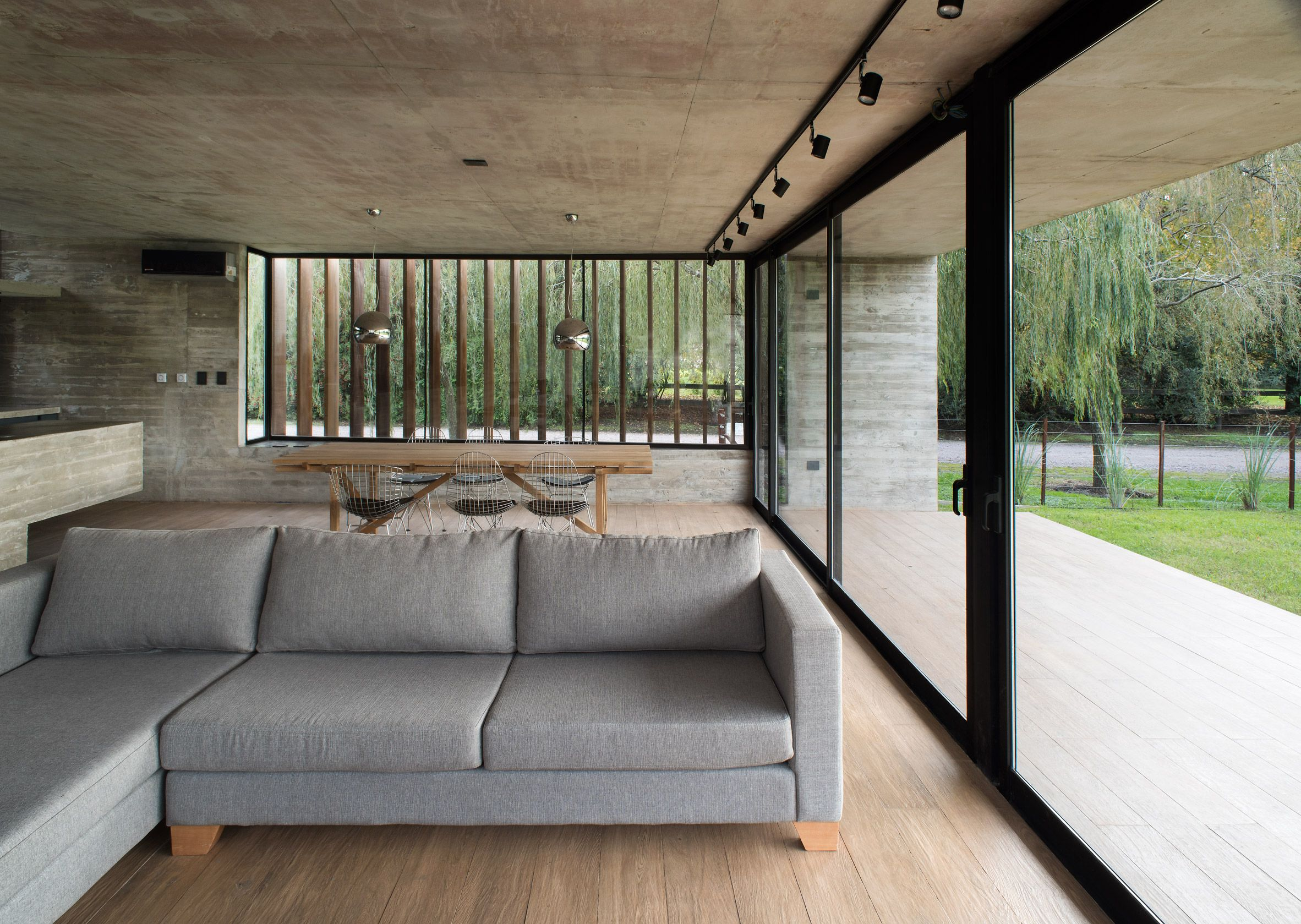 A Raised Concrete Slab Floor Serves As The Entrance While Inside A Glass Wall Reveals The Internal Courtyard House Concrete House Flat Roof Systems