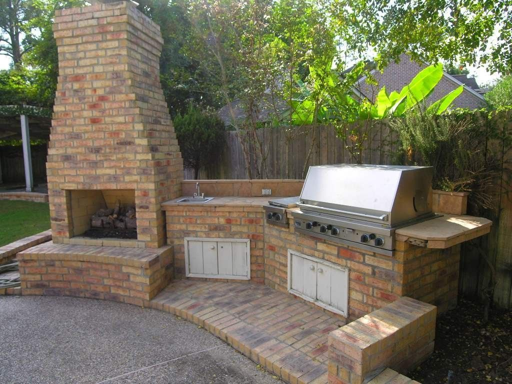 A Brick Diy Outdoor Kitchen With Fireplace Outdoorkitchengrillgardens Diy Outdoor Kitchen Diy Outdoor Fireplace Outdoor Gas Fireplace