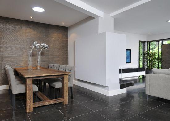 Een tafel van oud eiken past perfect in een strak for Strak interieur