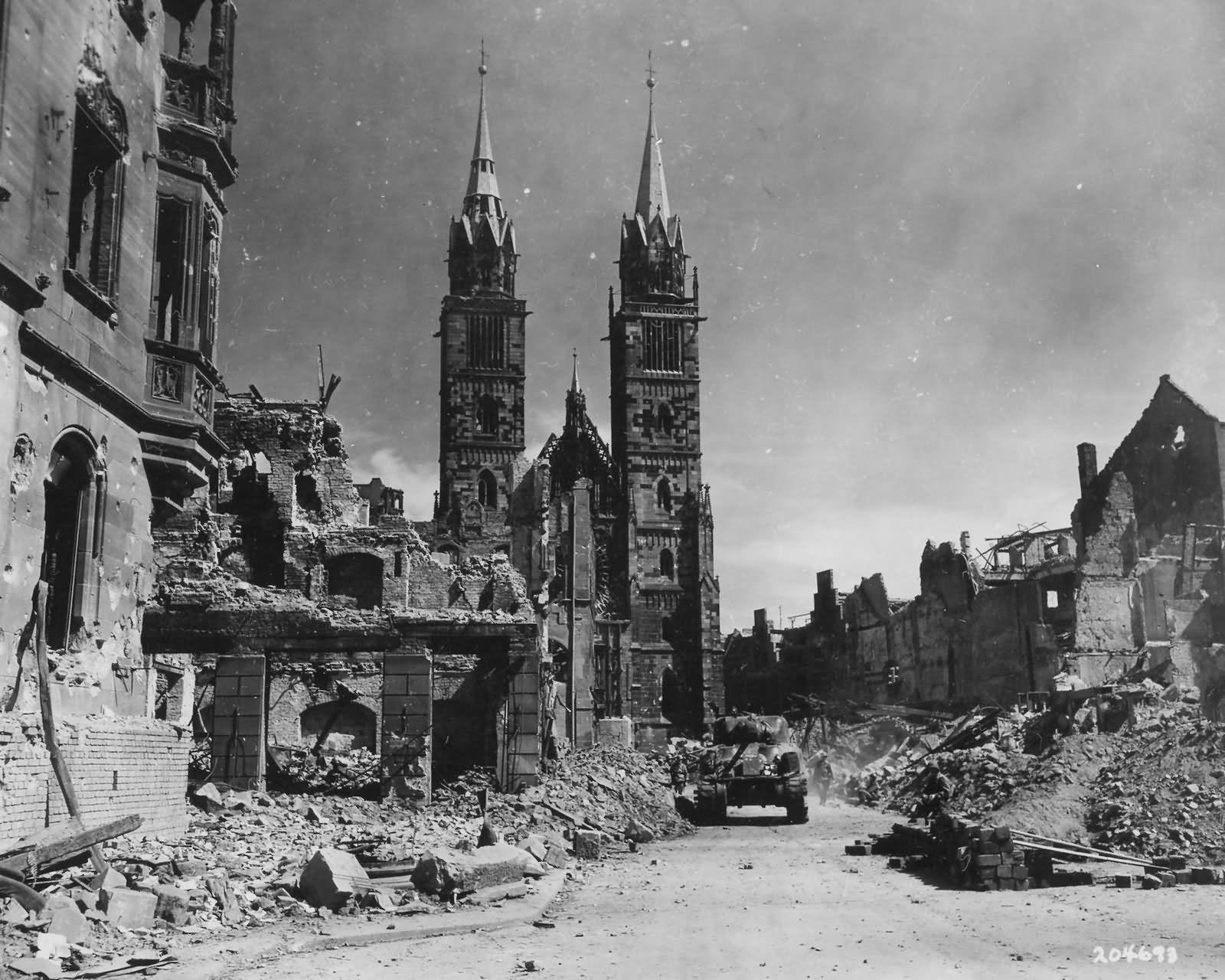 45th Infantry Division Troops And M4 Sherman Fighting In Nurnberg Nuremberg Germany 1945 Nurnberg Nachkriegszeit Bilder