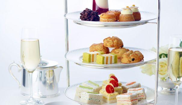 Un tea time n'est pas une pâtisserie dans un salon de thé. Bien plus élaboré, la version simple se compose de mets salés et sucrés, ainsi que d'une boisson chaude. Voici les meilleures adresses parisiennes.