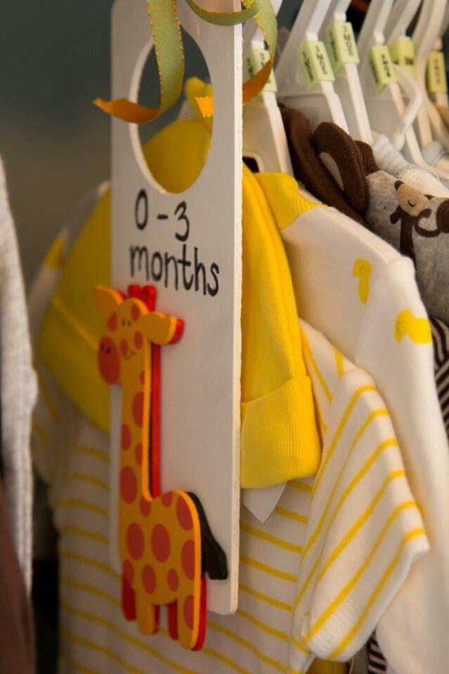 organizador de closet de bebê, feito com aquelas plaquinhas de maçaneta. uma ótima ideia!
