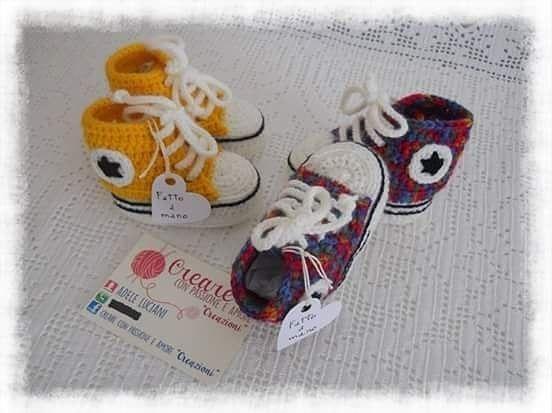 """Scarpette tipo """"Converse"""" in misto lana ad uncinetto, misura 0/3 mesi 💗️👟💙 Per info ➡ direct @creare_con_passione_e_amore . . . . #creareconpassioneeamorecreazioni #uncinetto #artigianatoitaliano #crochet #crocheting #fattoamano #lana #wool #shoesbaby #bebè #nascita #converse #craft #handcraft #handmade #handcrochet #handmadewithlove #instacrochet #instagram #instamamma #instacraft #picoftheday #creative #gravidanza #neonato #madeinitaly #Abruzzo #mammeitaliane #artesanato"""