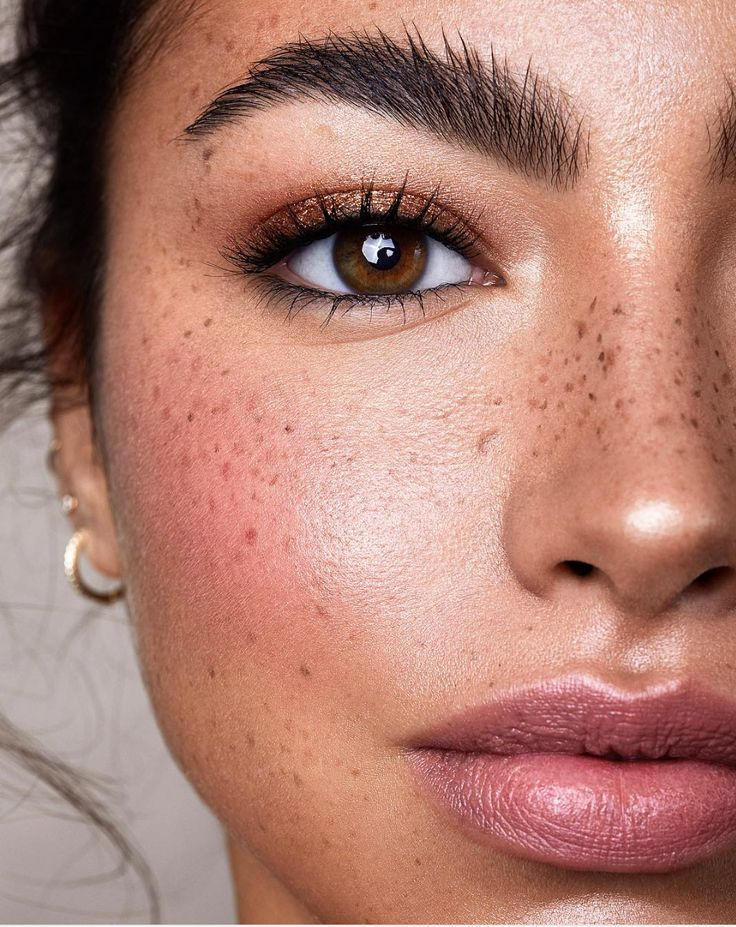 BEAUTIFUL natural makeup look. Love that you can see her freckles!