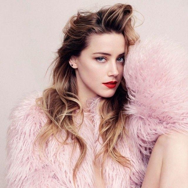 Amber Heard não é só linda, ela é também a mulher do Johnny Depp e está super estilosa na capa de julho da @elleusa com make minimalista e batom vermelho. #cacahabeyche #cacamakeup #covergirl #AmberHeard #JohnnyDepp #redlips #gorgeous #fridayinspiration