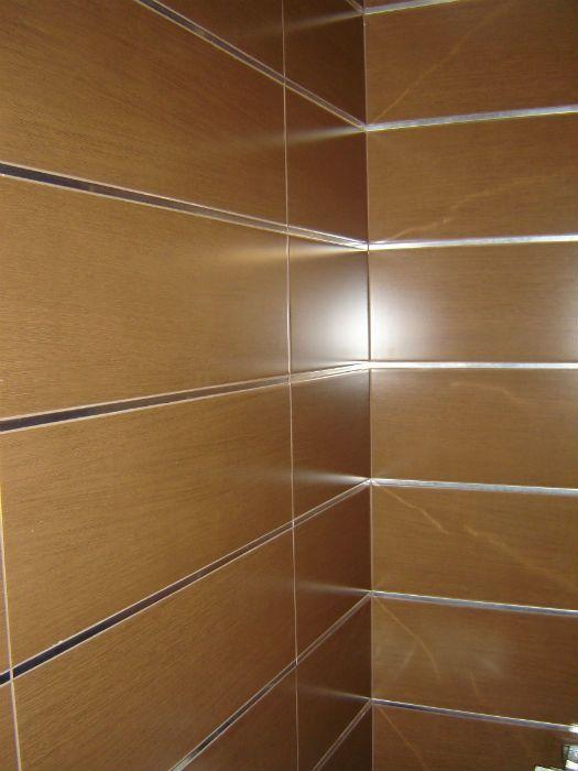 azulejos rectificados combidado con cantoneras de aluminio cenefa