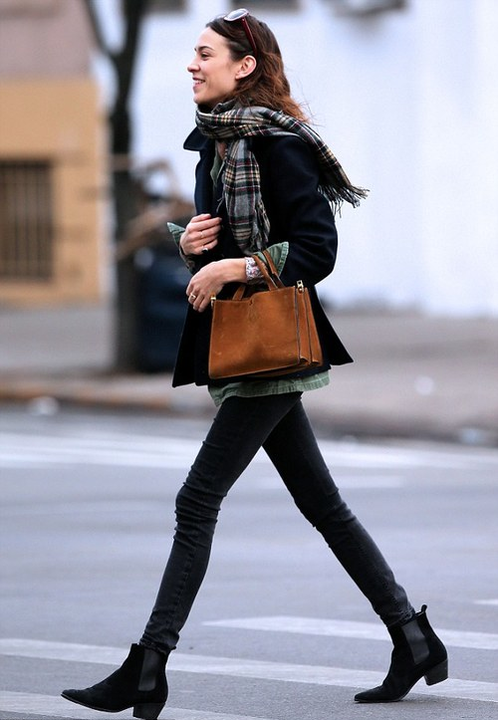 Alexa Chung, son sac, ses boots
