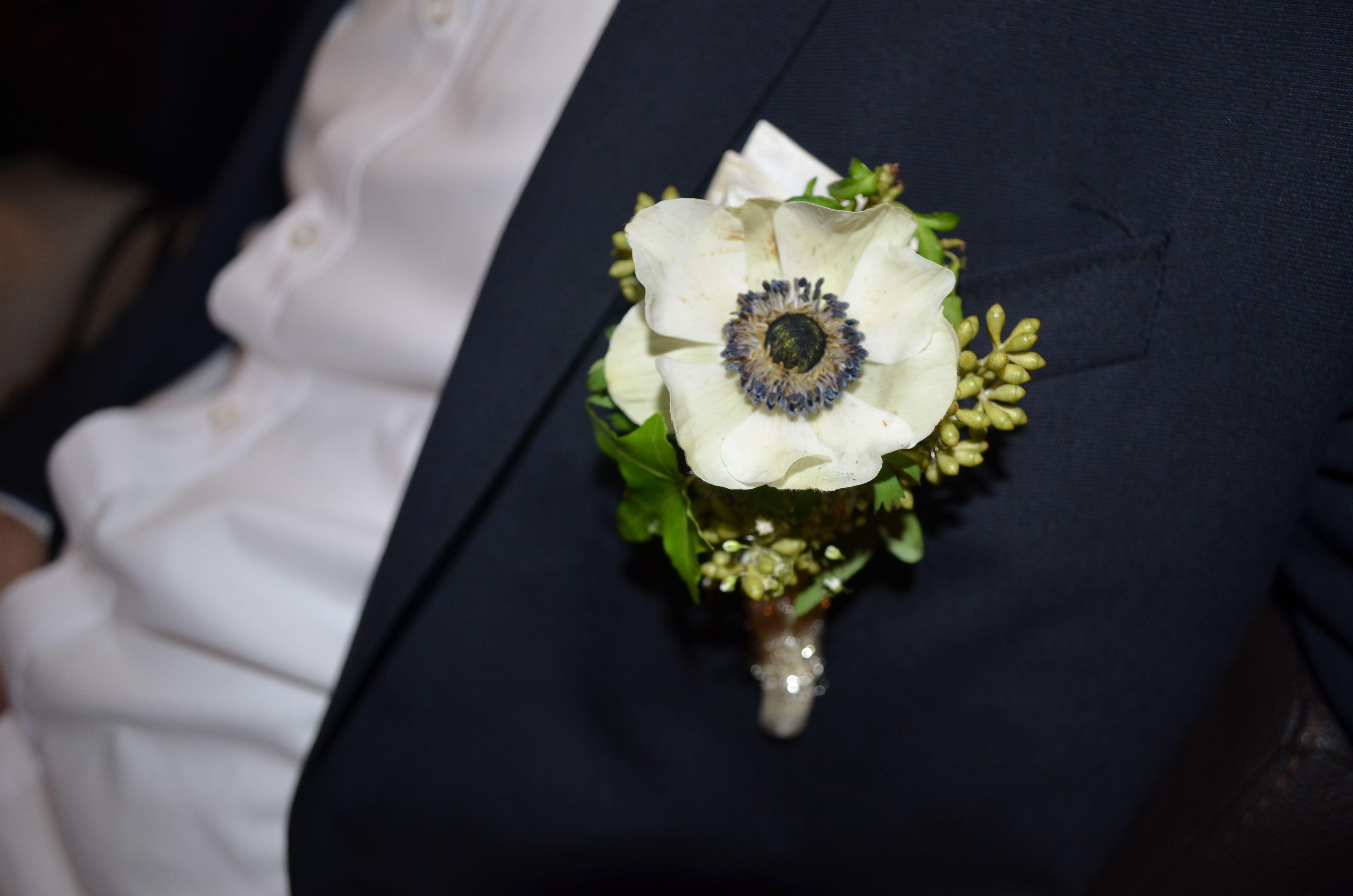 Weiße Annemohn als Ansteckblume für den Bräutigam. Perfekt zum dunkelblauen Anzug und zum Farbcode weiß-blau-creme.