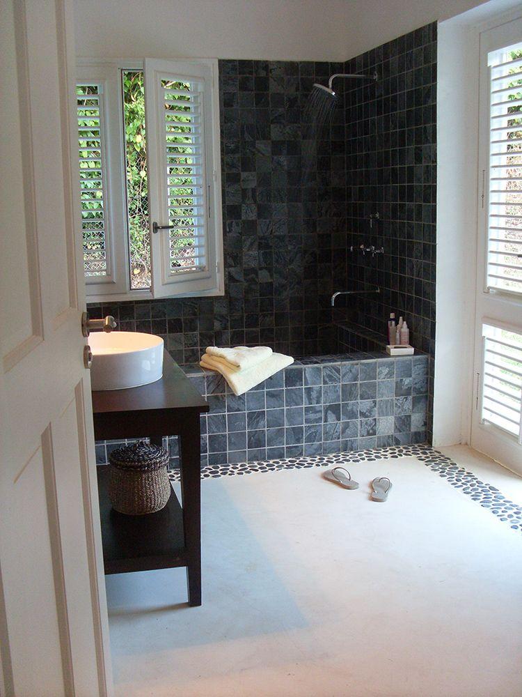 Salle de bains avec un enduit béton coloré en couleur Cocomilk www - maison en beton coule