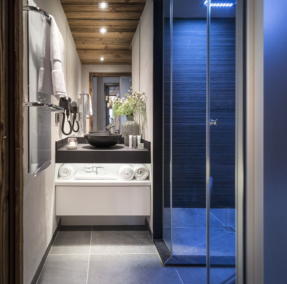 salle de bain d co moderne douche l 39 italienne plafond bois salle de bains pinterest. Black Bedroom Furniture Sets. Home Design Ideas