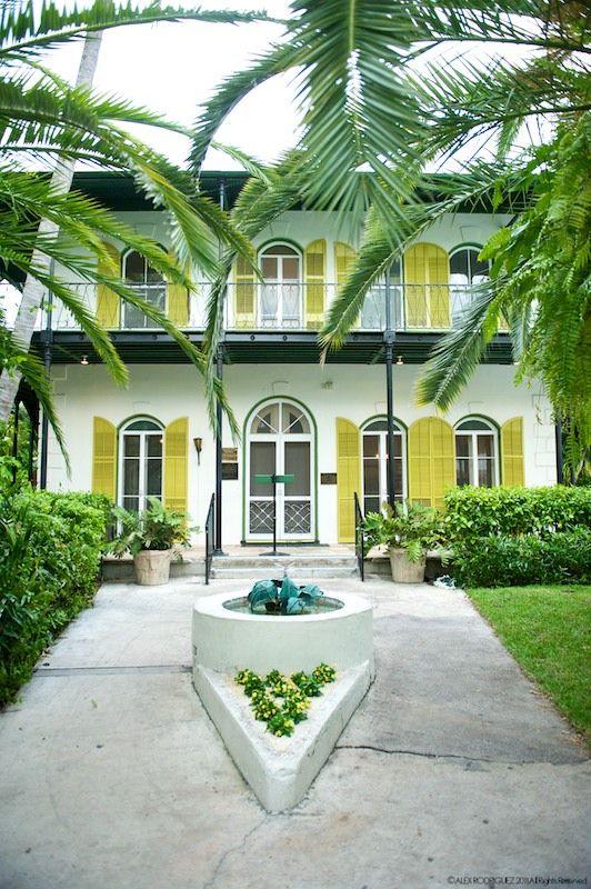 Ernest Hemingway Home in Key West Florida. Elsker fargene rundt vinduene, og hadde en fantastisk guidet tur der. Fru Hemingway tok ned alle takviftene og monterte nydelige lysekroner i stedet, så huset var ulidelig varmt men veldig pent. Kul dame.