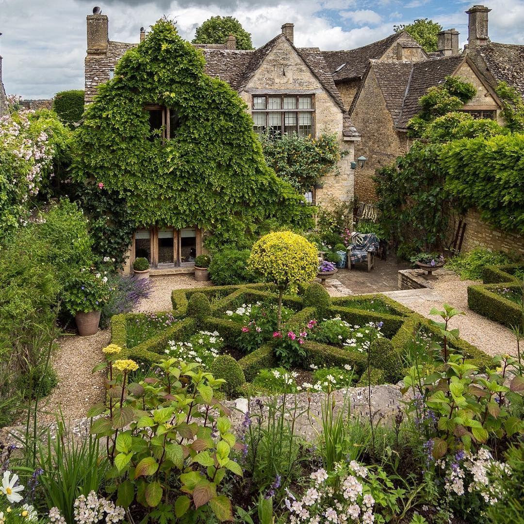 Burford Gardens Oxfordshire Cotswolds By Bob Radlinski Garden Tours Cottage Garden Dream Garden