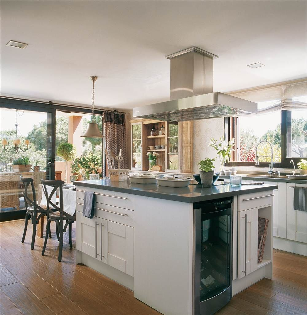 Cocina de lineas rectas con lámpara de araña | Gris, Islas de cocina ...