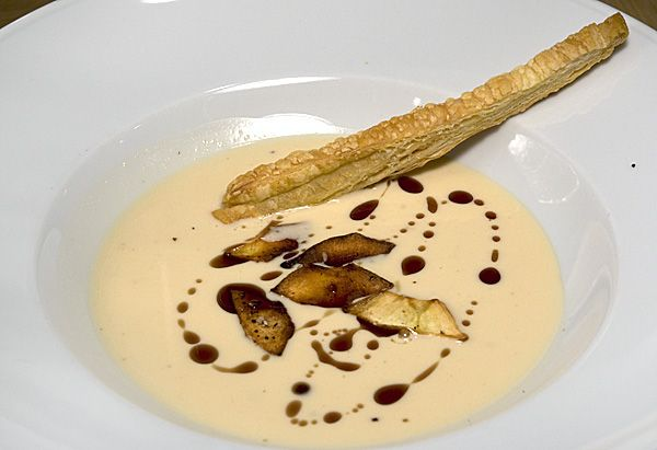 Pastinakencrèmesuppe mit Knusperchips und Blätterteigsticks