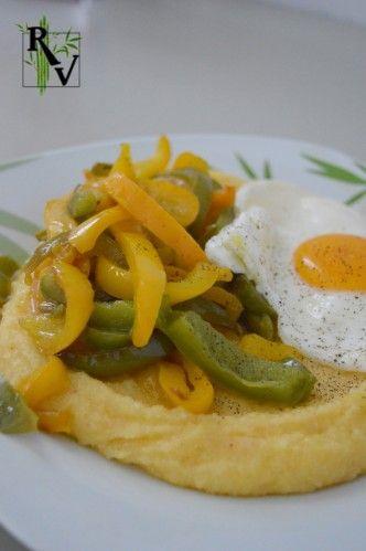 C'est plus une idée qu'une recette, mais je trouve que parfois, lorsqu'on a pas d'inspiration, ce genre d'assemblage d'ingrédients est très pratique et gourmand ! Polenta prête en 5 minutes avec un peu de fromage râpé Poivrons jaune et vert cuits à feu...