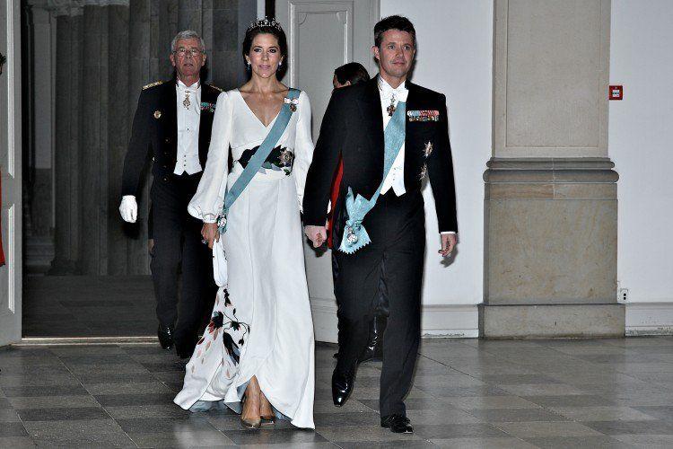 Кронпринцесса Мэри и кронпринц Фредерик на Дворец Кристиансборг в марте 2014, Мэри одета Шарлотта Линггаардом платье.