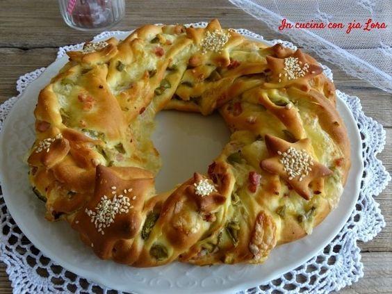 Durante le feste ci saranno sicuramente molte occasioni per gustare questa torta salata corona natalizia fatta di semplice pan brioche farcito. Il pan...