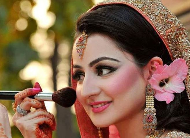 An Expert Stylist And Makeup Artist Who Reproduces The Beauty Through Make Up With Numerous