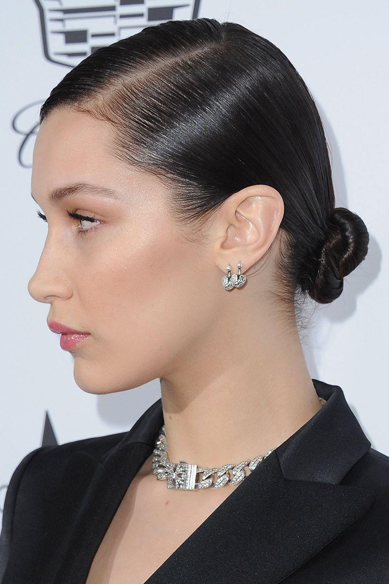 Un look impactante con peinados moño bajo Imagen de cortes de pelo Ideas - 15 maneras de recogerse el pelo, por Bella Hadid   Bella ...