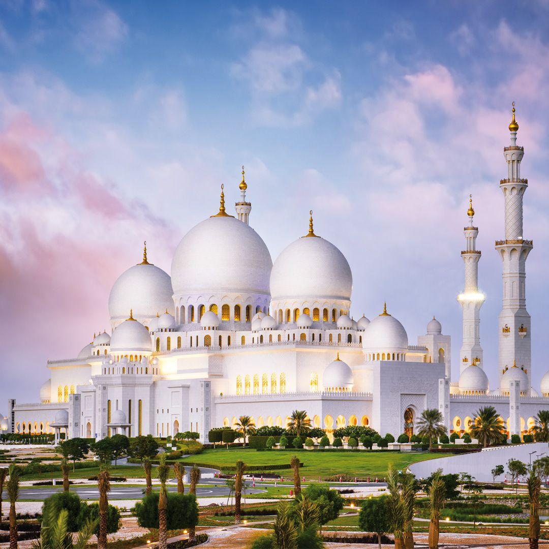 En Abu Dhabi Está La Famosa Mezquita Sheikh Zayed Conocida También Como La Mezquita Blanca Es La Mezquita Má Emiratos Arabes Emiratos Emiratos árabes Unidos